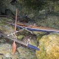 Kajak in einer Höhle hoch über dem Wasser