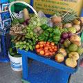 Viele Stände mit frischen Früchten und Gemüse