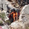Robert bei Zustieg zur Höhle