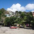 Die Hänge der Bucht sind mit schönen Häusern besiedelt