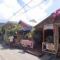 Kleine Lokale und Geschäfte an der Hauptstraße
