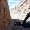 Hohe Felswände säumen die Straße