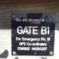 Immer wieder Schilder zur Orientierung im Notfall