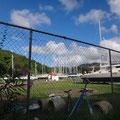 Die Werft hinter dem hohen Zaun