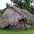 Im Ort stehen neben moderneren Häusern noch viele alte Hütten