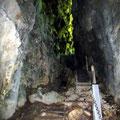 und hinunter in die Höhle