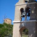 Kirchturm und Windmühle Ericousa