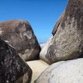 Man klettert zwischen den Felsen durch