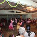 Im Gemeinschaftshaus beim Tanz sind fast nur Frauen und Kinder