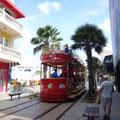 Im Zentrum fährt die Touristenstraßenbahn