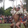 Die Männer tanzen oft in der Hocke