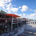 Ein schmaler Strand und viele Lokale
