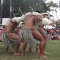 Sie zeigen Tänze in unterschiedlichen Kostümen