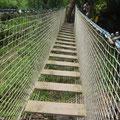 Hoch über dem Fluss geht`s über die Hängebrücke