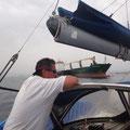 Vorbei an Frachtschiffen in den Hafen