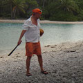 Robert öffnet Kokosnüsse