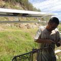 Robert montiert den neuen Solarträger