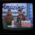 Mr. Sweater und ein Gast demonstrieren ein Produkt