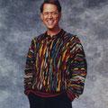 Mike Levey mit typischen Pullover und Nerdbrille