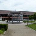 Mit kleinem Park und Pavillon
