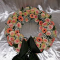 Blütenkranz 50 cm, creme`/rose`Rosen, Germini, Schleierkraut, Schleife dunkelgrün