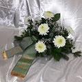 Gesteck 80 cm, weisse Chrysanthemen, Schleierkraut, Schleife hellgrün