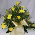 gelbe Chrysanthemen, gelbe Rosen, gelbes Limonium, creme`farbene Schleife mit goldener Schrift