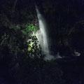 暗くなってきたので、足元の小さな灯りを頼りに蛍の池まで上って行きます。途中で見た、幻想的な滝です。