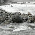 台風後の荒れた海。ちょっと前まで、たくさんの人が海水浴をしていた同じ浜とは思えません…。