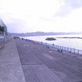 階段になっています。朝日を待つ人や釣り人たちに人気の場所です。