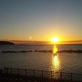 早朝は真鶴半島の方からの朝日が見られます。