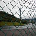 園地の脇の道を渡りフェンスのある小道に入ります。