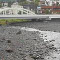 左から、新崎川が流れ込んでいます。湯河原の川は急なので氾濫したことはないそうです。