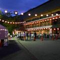 観光会館前の広場に焼き鳥や焼きそば、枝豆等のお店が出ています。ビールを飲みながら暗くなるのを待ちました。