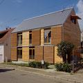 holzfassade mit dach aus aluwelle