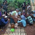 Médium-exorciste et musiciens Tampuon. Ratanakiri.