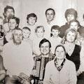 Рыжков Федор Кузьмич в кругу семьи. В руках у сына гармонь, сделанная мастером.