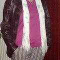 - gestreifte Stoffhose mit Lederjacke und Tuch