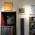 Cehel - tableau ton jaune - collage papier japon marouflé sur toile (au dessus de la porte ) - Lino gravure de michelle Boucard (à droite de la porte )