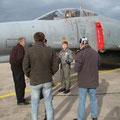 Besichtigung einer F4-F Phantom beim Besuch des Jagdgeschwaders 71 in Wittmund