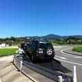 急遽駆けつけていただいたK自動車さん、正面の山に目的の渓がある