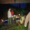 雨をしのいだ橋の下の夕食団欒サイト
