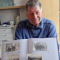 Der letzte Wehrführer der Schwärzdorfer Feuerwehr Günter Ehrlicher hat in seinem Archiv geblättert.