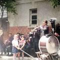 Die Neuhäuser Blasmusik zu einer Kirchweih vor dem alten Spritzenhaus an der Schule Schwärzdorf.