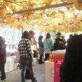 ベランダステージわきにあるワインショップ。屋根は色づいた葡萄の葉です。