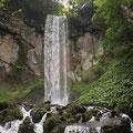 岩洞の滝。水量多めで迫力満点。