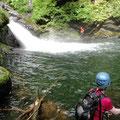 これが大きな釜を持つ問題の三ノ滝です、ノルさんがロープを確保しています。