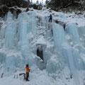 美しい青氷を登る。気温は氷点下10℃。