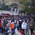 人混みの中を山頂目指して歩く。