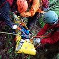 ロープを4本はり担架をおろします。ロープワーク技術が非常に重要です。
